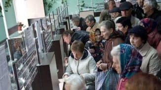 пенсионеры в очереди в пенсионный