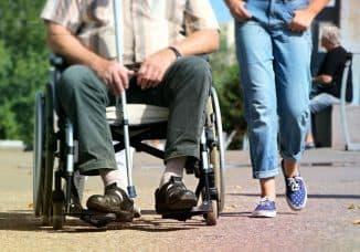 инвалиды в очереди